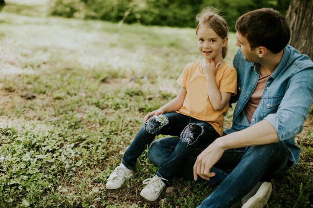 Папа с дочкой в парке