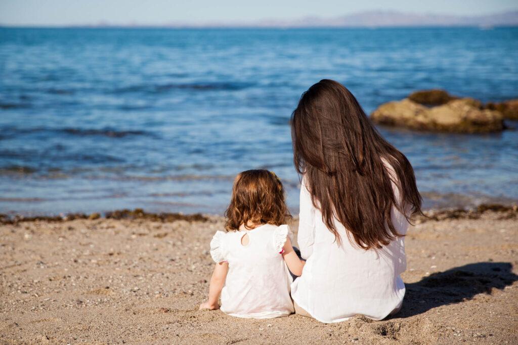 Мама с дочкой на берегу