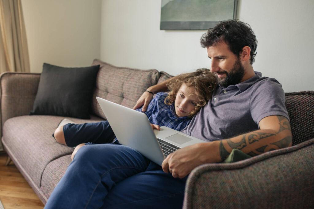 Папа с дочкой за ноутбуком