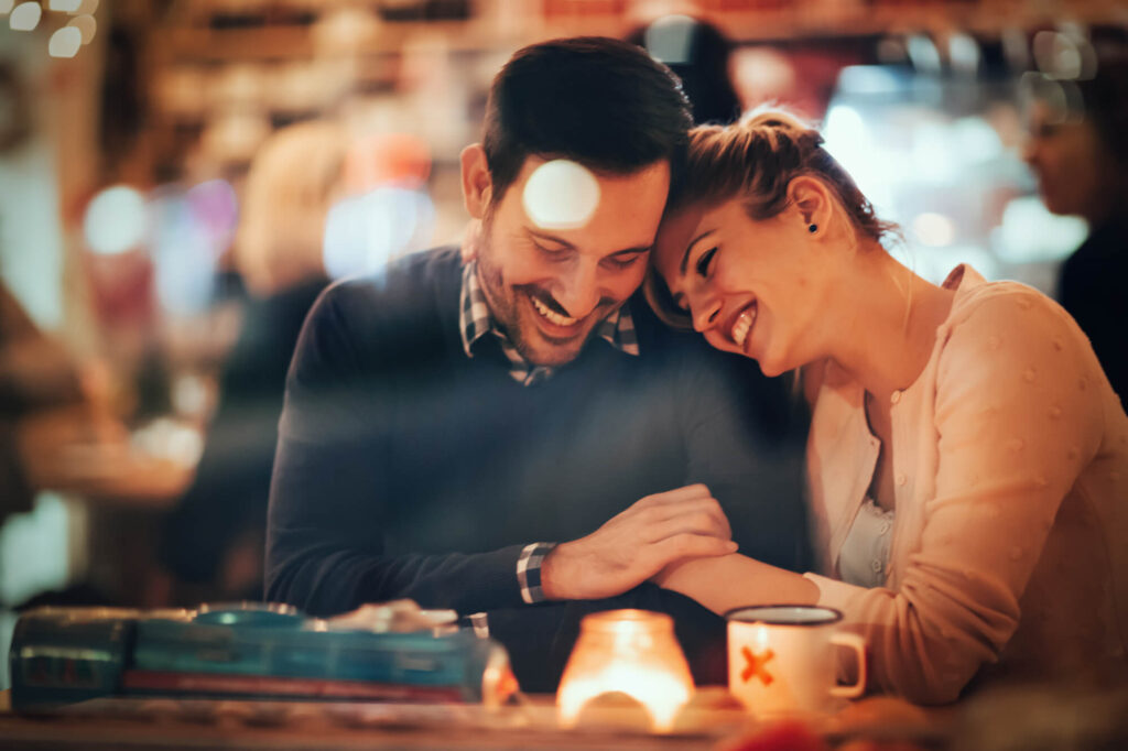 Влюбленная пара в кафе