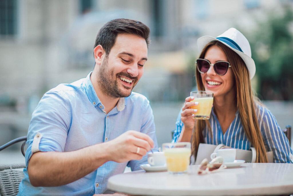 Девушка с парнем на свидании в кафе